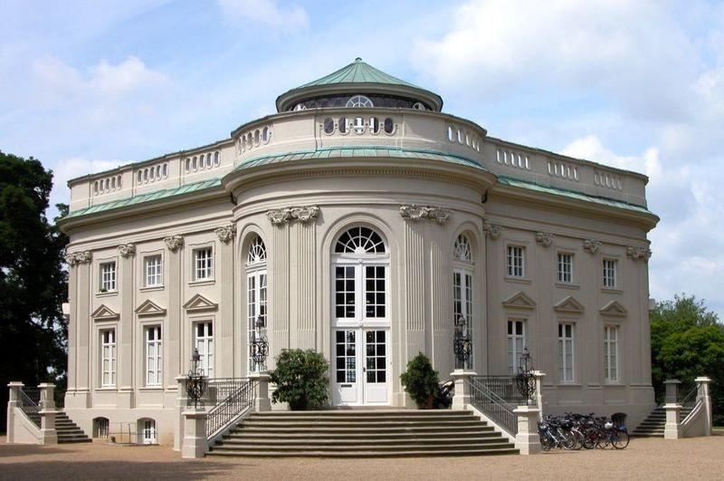 800px-Braunschweig_Brunswick_Schloss_Richmond_Frontansicht