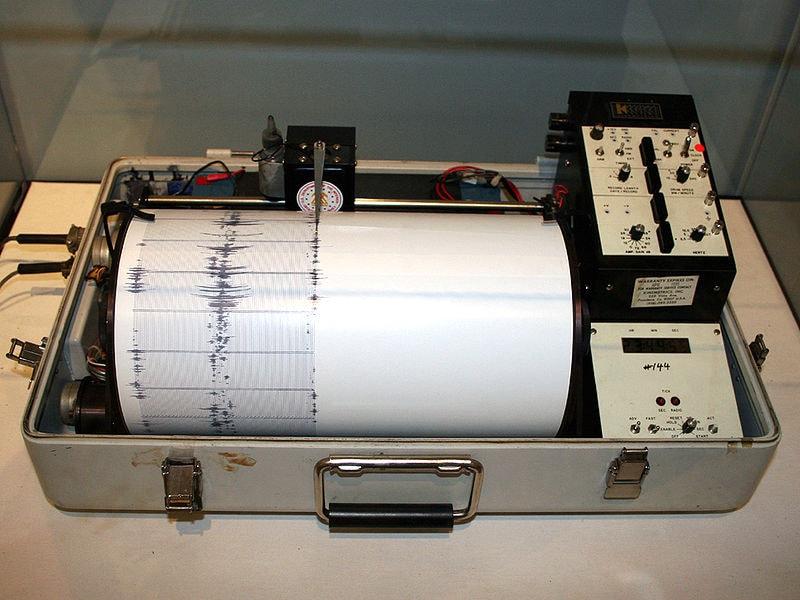 800px-Kinemetrics_seismograph