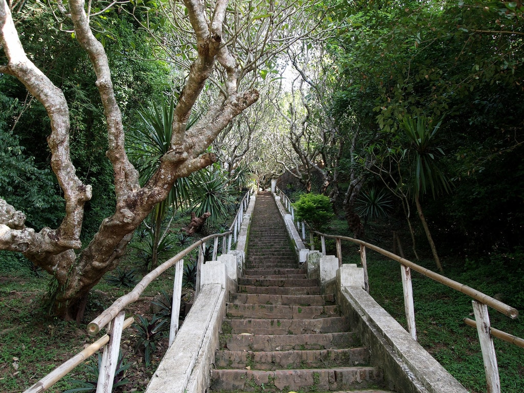 Steps to Mount Phousi | © William/Flickr