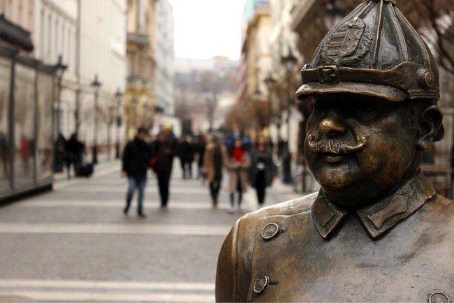 fatpoliceman-budapest-statue-e