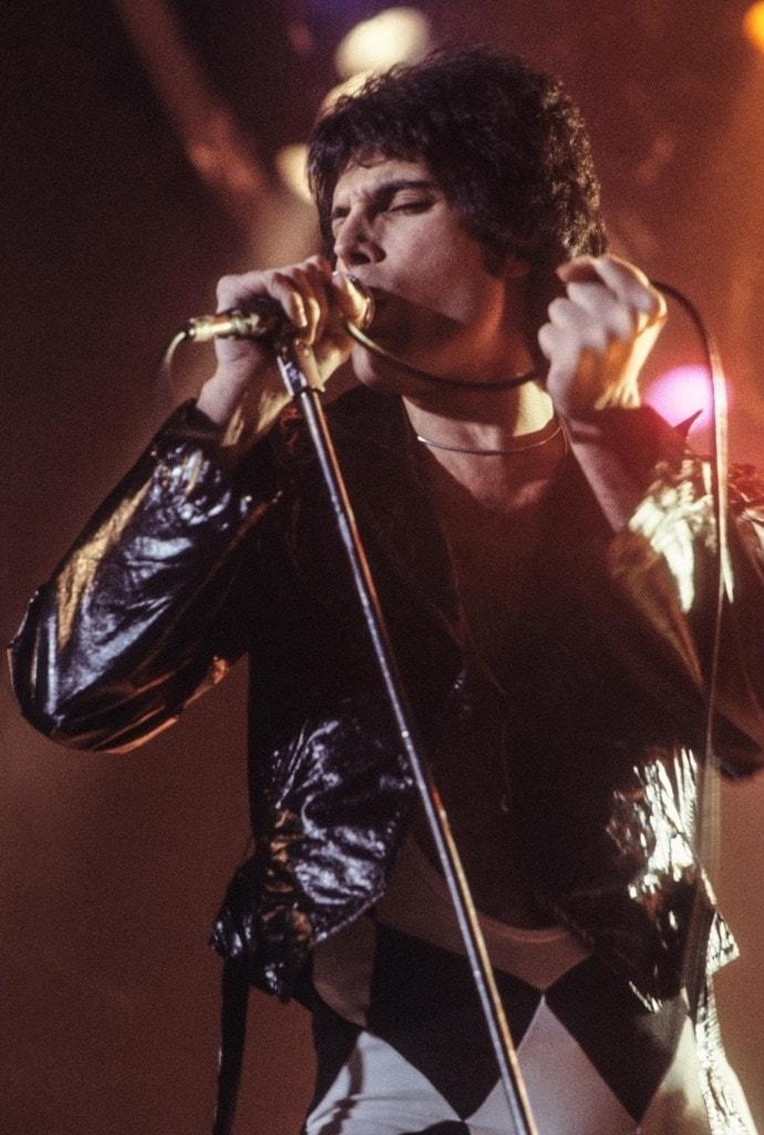 Freddie_Mercury_performing_in_New_Haven,_CT,_November_1977