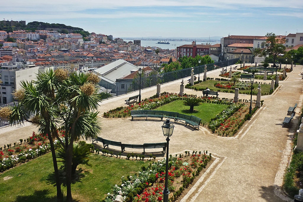 https://commons.wikimedia.org/wiki/File:Miradouro-Pedro2.jpg