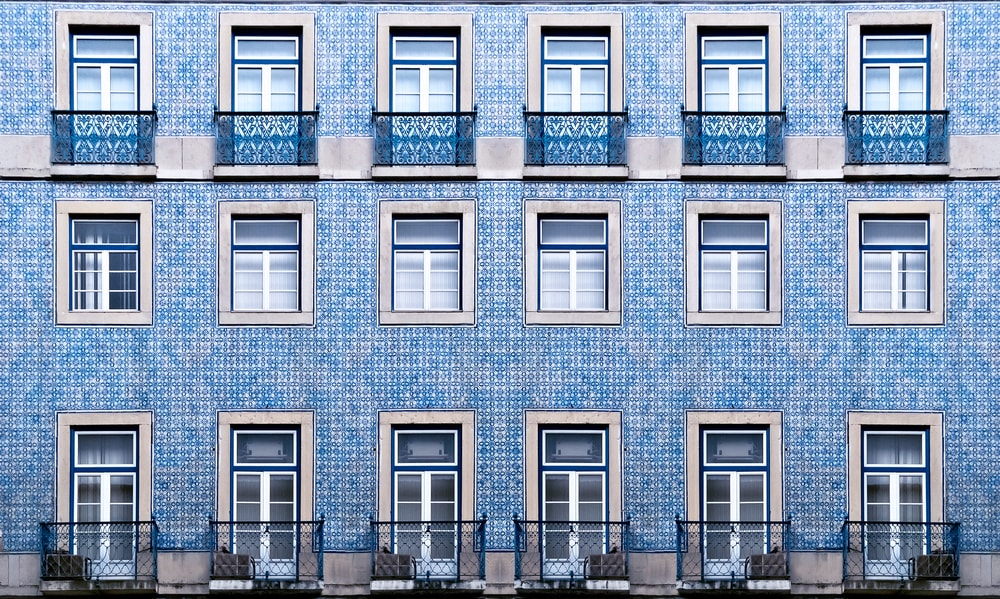 Lisbon windows with typical tiles on the wall, Portugal | © Gubin Yury/Shutterstock