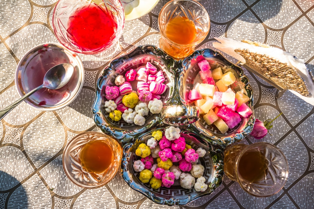 Guests are often served with endless tea with sweets | © Alex Marakhovets/Shutterstock