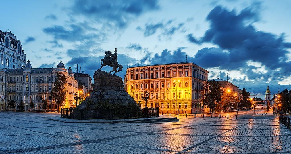 1024px-Киев._Софиевская_площадь_Богдан-Хмельницкий
