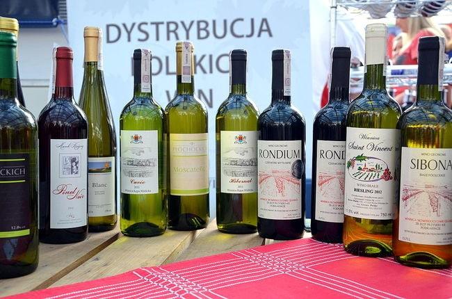 1024px-019_Eine_Auswahl_verschiedener_Weine_aus_Sud-Polen_und_Schlesien_(2013),_Wines_of_Poland