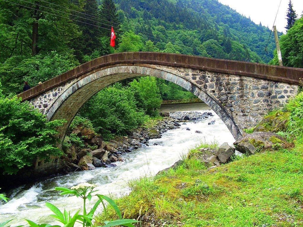 1024px-ArchBridgeOverFirtinaDeresi@Rize-Turkey-1