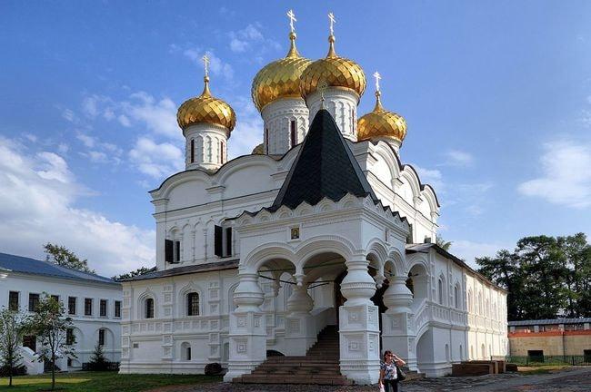 1024px-Kostroma_Ipatiev_Monastery_Trinity_Cathedral_IMG_0651_1725