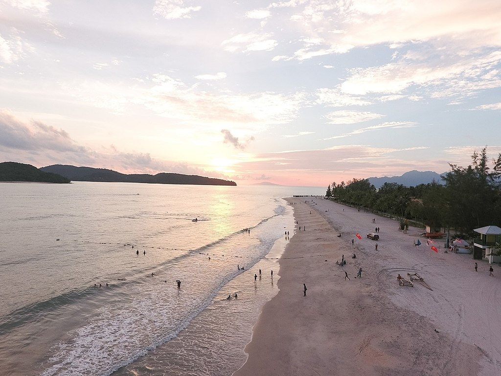 1024px-Pantai_Cenang_Beach_at_sunset