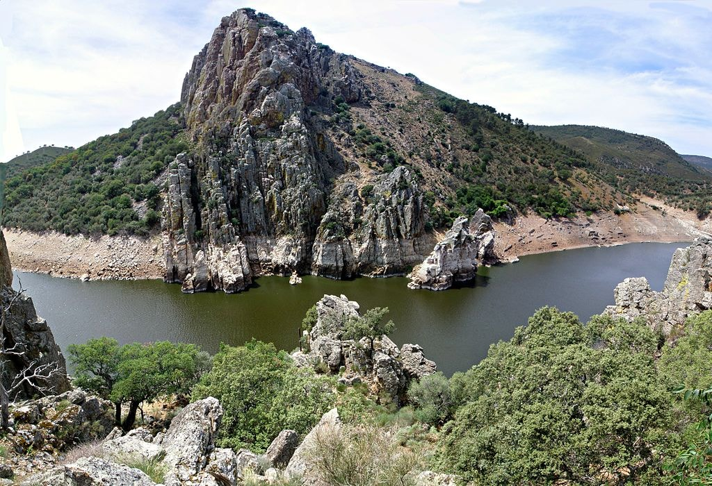 1024px-Salto_del_Gitano,_Parque_Nacional_de_Monfragüe