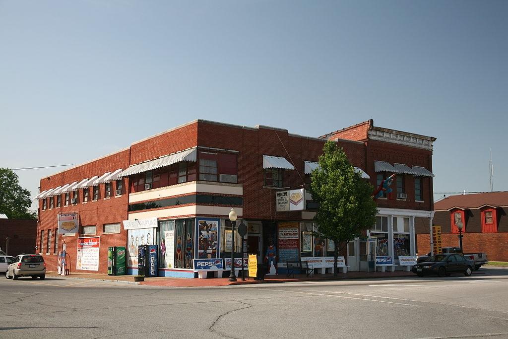 1024px-Superman_museum,_Metropolis,_IL