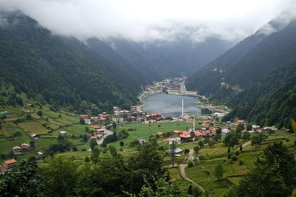1024px-Uzungöl_lake_and_town