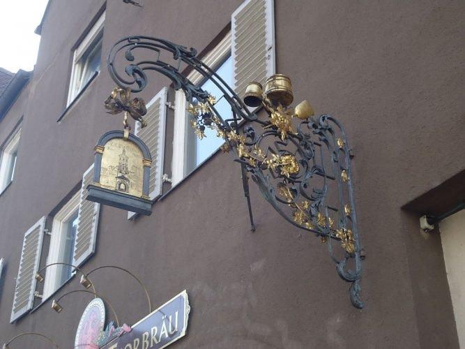 1024px-Wertachbrucker-Tor-Straße_9_Thorbräu_Augsburg_Ausleger