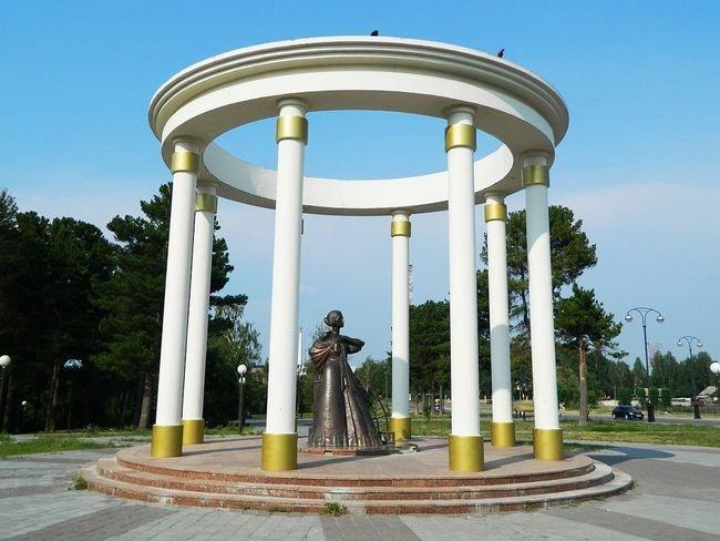 1200px-Памятник_жёнам_декабристов_(Тобольск)