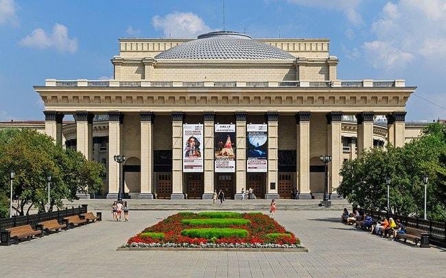 1200px-Novosibirsk_KrasnyPr_Opera_Theatre_07-2016