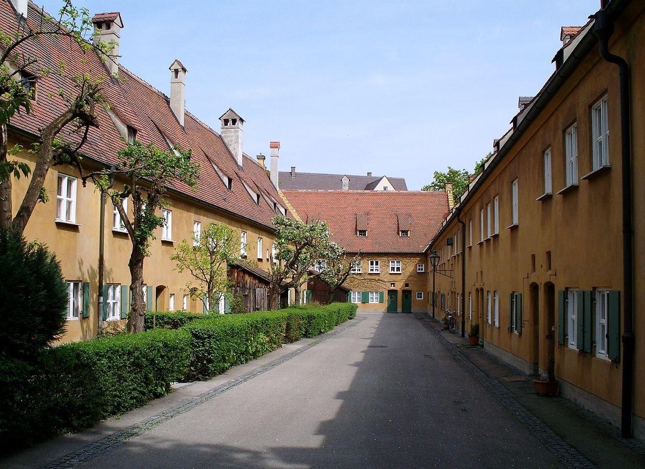 1280px-gasse_in_der_fuggerei_augsburg