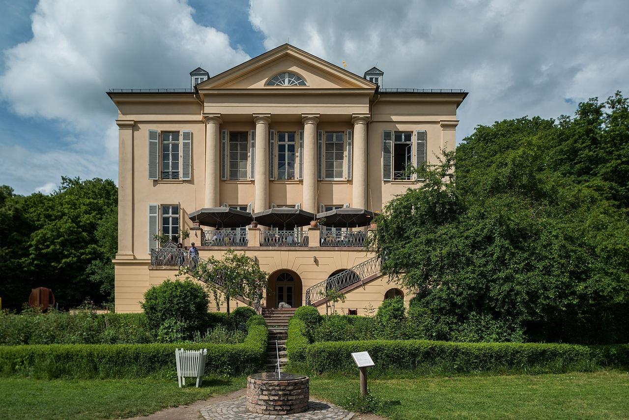 1280px-Schloss_Freudenberg_in_Wiesbaden_von_Süden