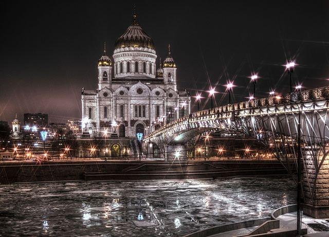 640px-Храм_Христа_Спасителя_и_Патриарший_мост_зимней_ночью