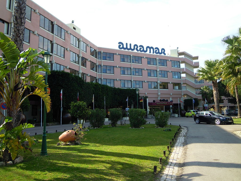 https://commons.wikimedia.org/wiki/File:Auramar_Beach_Hotel_Albufeira_5_March_2015.JPG