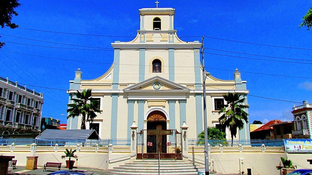 Catedral_San_Felipe_Apostol,_Arecibo,_Puerto_Rico_-_panoramio