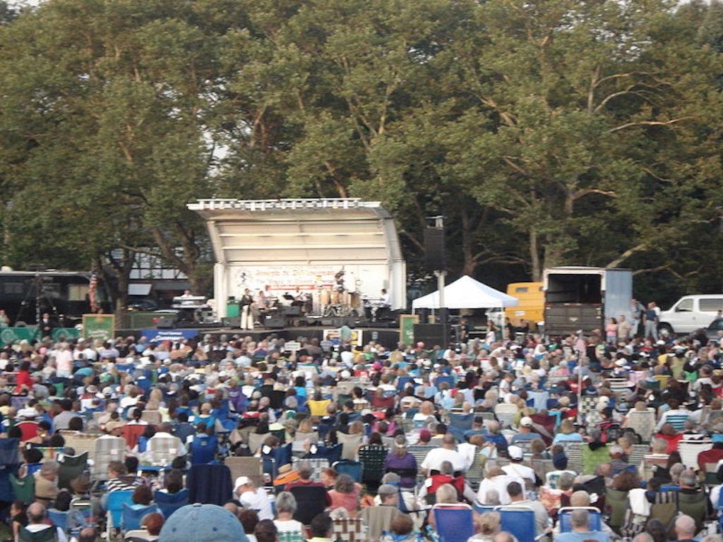 Concert_at_Brookdale_Park_(2006)