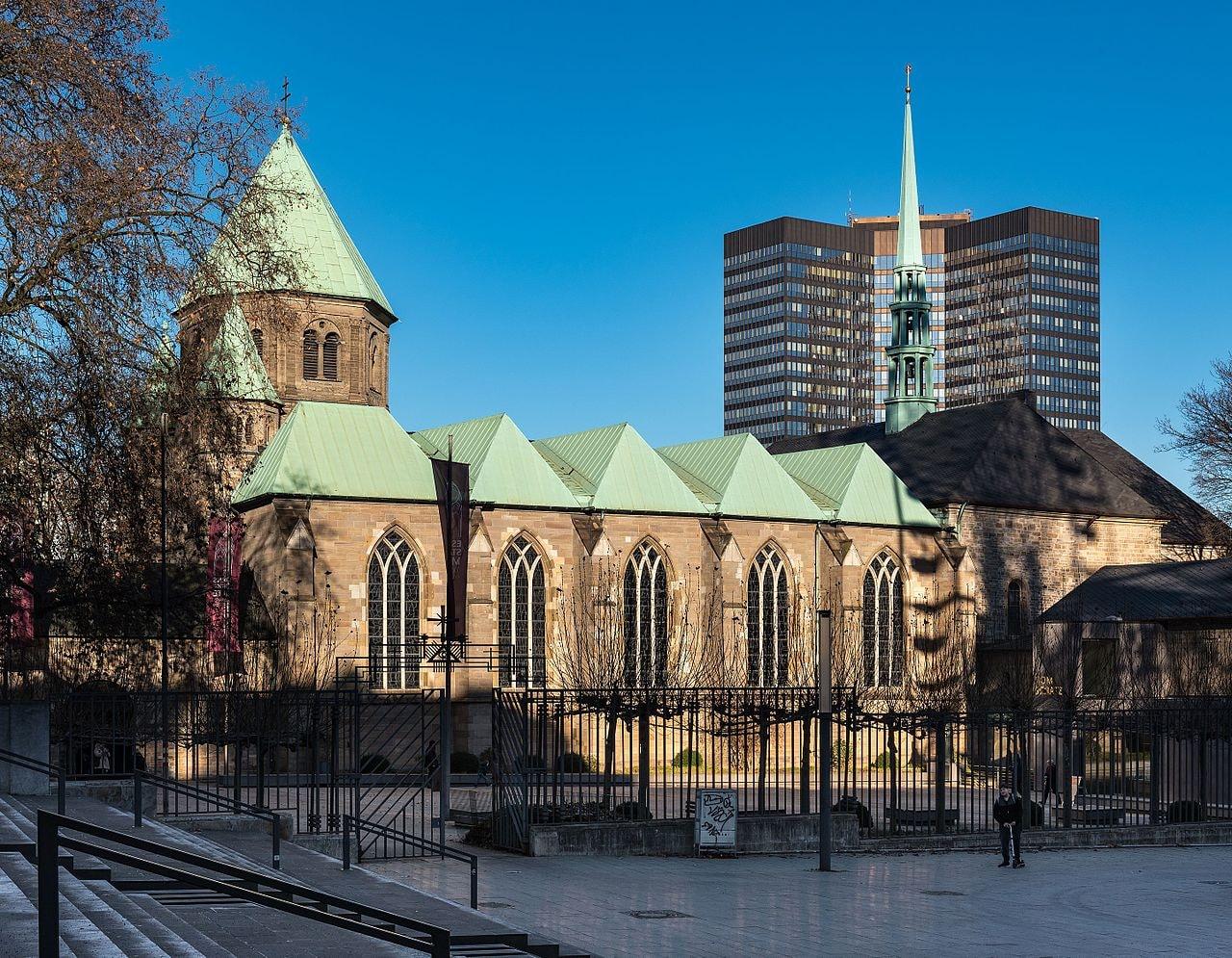 Dom-Essen-mit-Burgplatz-und-Rathaus-2016