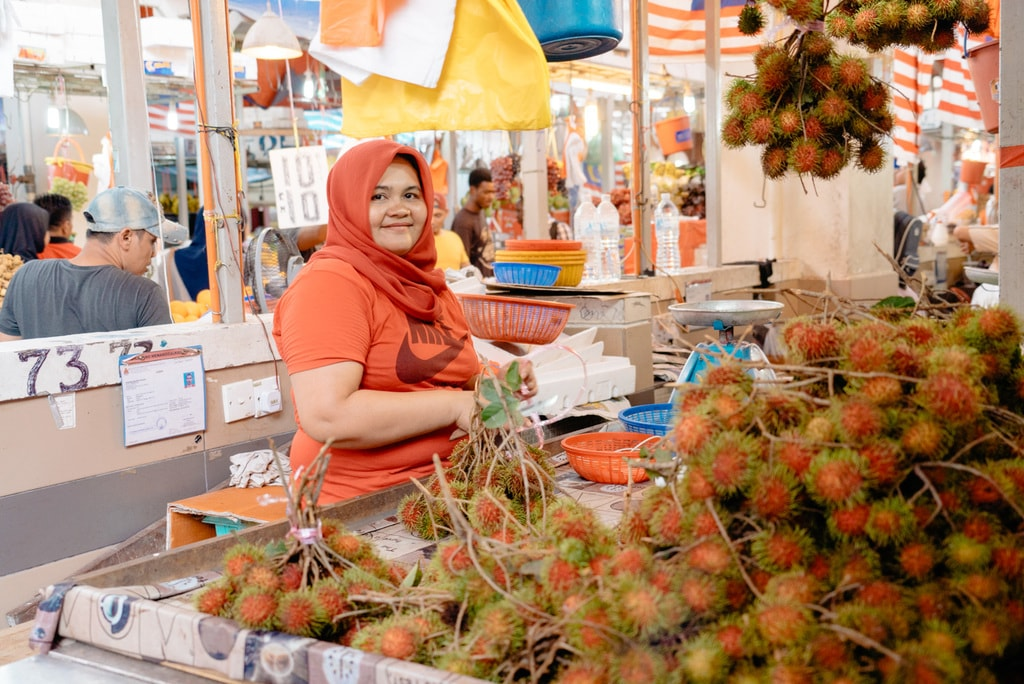 Rambutan seller greets you with a friendly smile | Irene Navarro / © Culture Trip