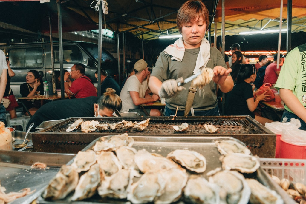 Barbequed oysters are sold here as well | Irene Navarro / © Culture Trip