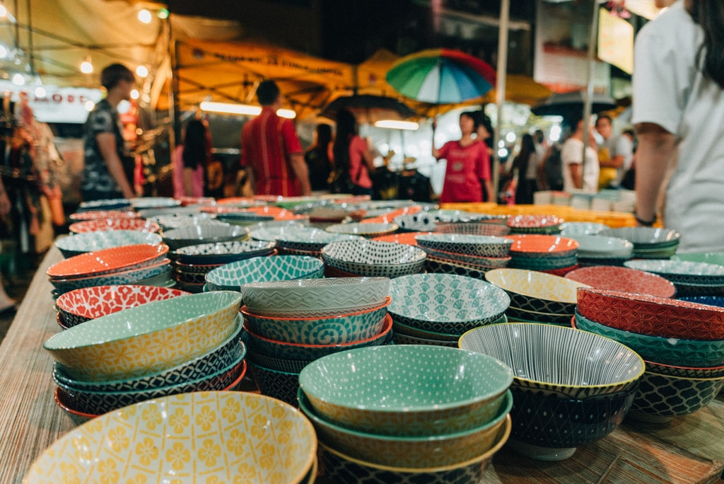 You can even find stuff for your kitchen in this busy night market | Irene Navarro / © Culture Trip