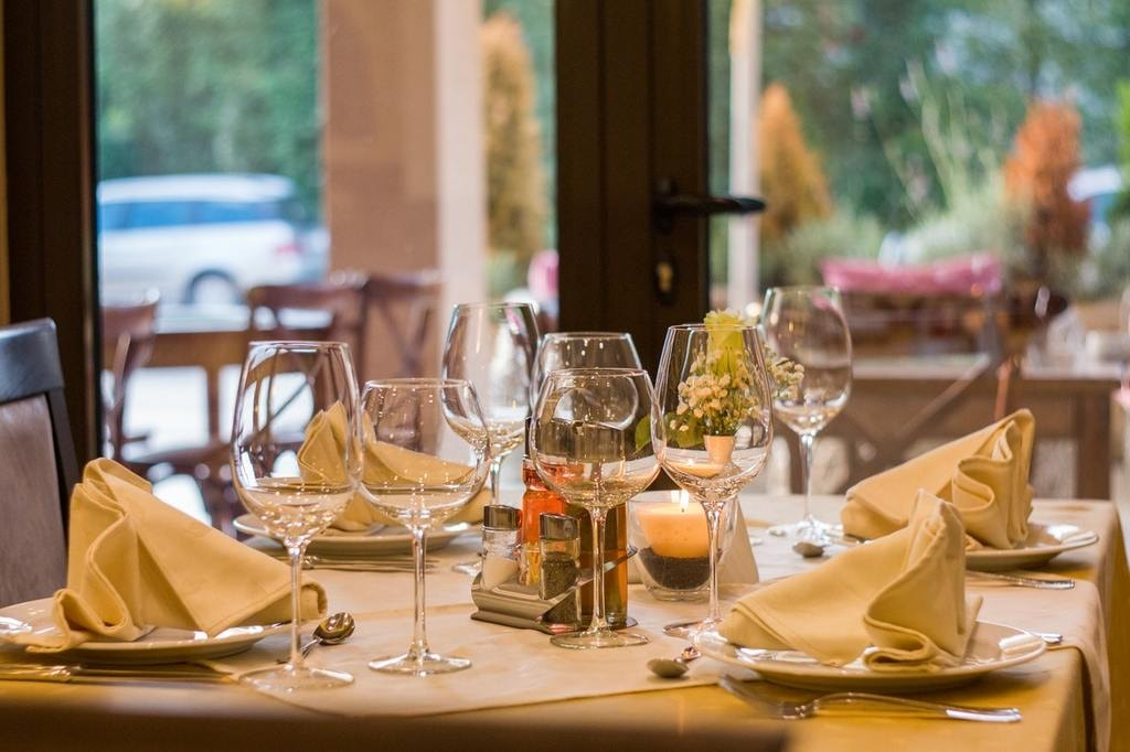 restaurant-wine-glasses-served-51115 (1)