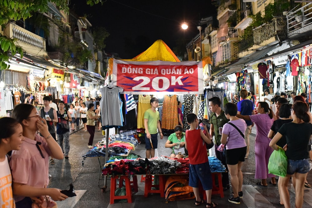 Cheap clothes at the night market | © 1000 words/Shutterstock