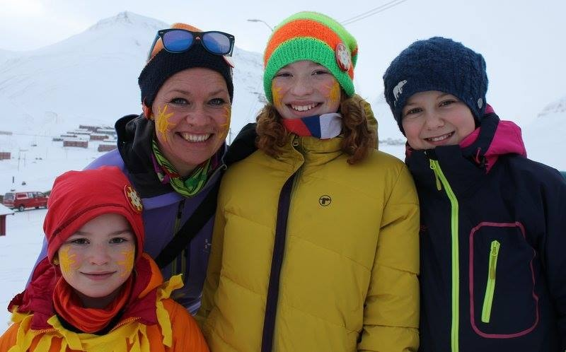 Small kids are dressed like suns and some paint suns on their faces | Courtesy of Longyearbyen Lokalstyre