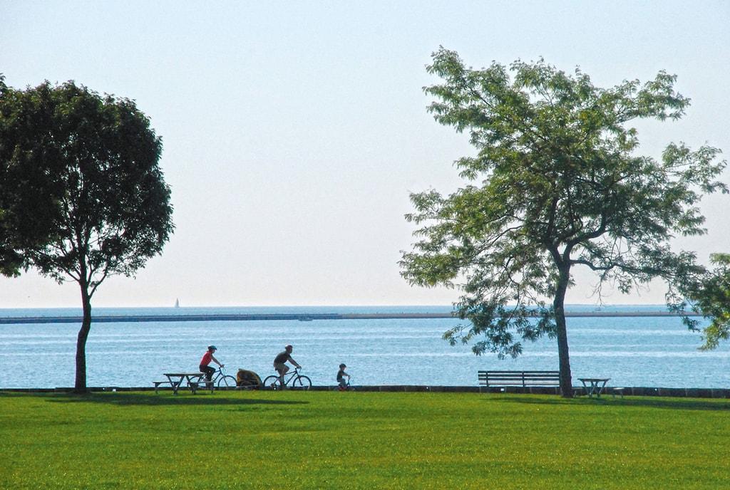 Cycling beside Lake Michigan | © VISIT Milwaukee