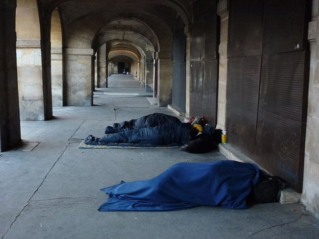 1024px-homeless_of_paris_place_des_vosges (1)