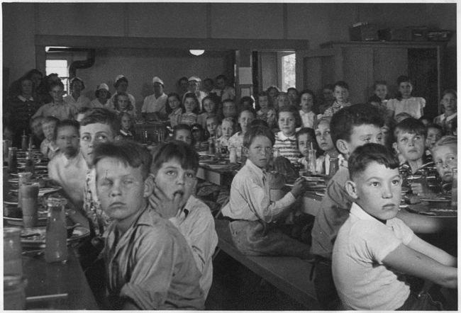 1024px-Photograph,_School_Lunch_Project-_John_Burroughs_School,_Fresno_City._-_NARA_-_296099