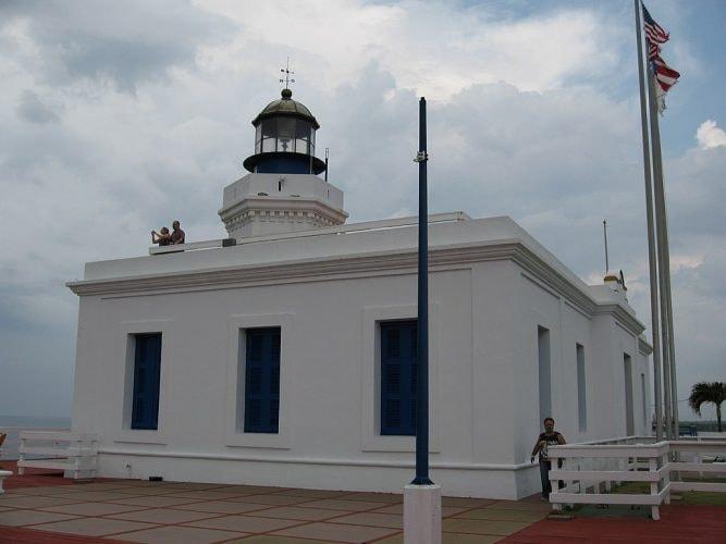 1280px-Arecibo_Lighthouse_2008