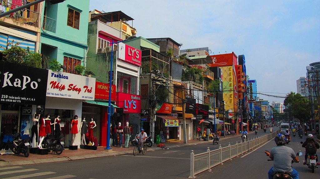 Lots of shops in District 3 | © trungydang/WikiCommons
