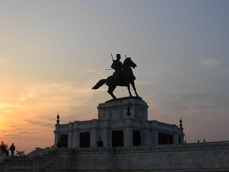 800px-King_Naresuan_statue,_Ayuthaya
