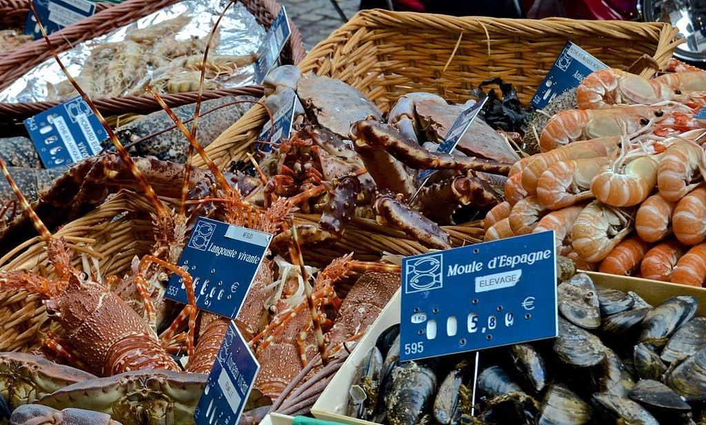 Live_crab,_Rue_Cler,_Paris_24_May_2014