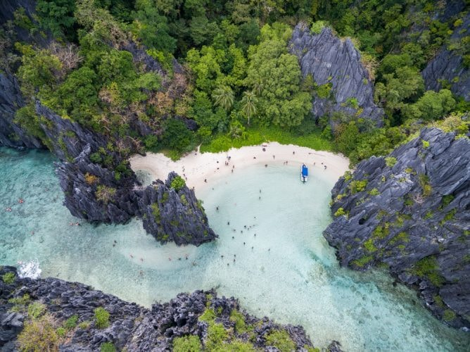 Hidden Beach in Matinloc Island in El Nido, Palawan, Philippines | © photosounds/Shutterstock