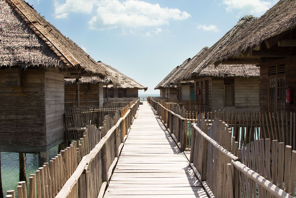 Jalanan kayu yang menghubungkan setiap chalet | Foto: Telunas Resorts