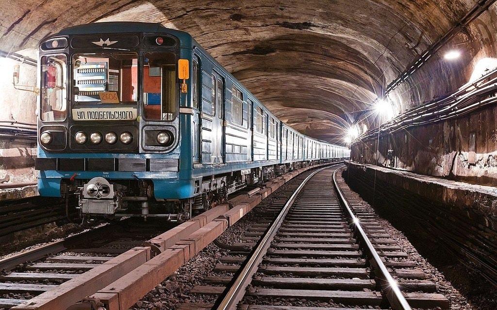 1200px-Metro_train_81-717.5M-714.5M_2606_in_tunnel