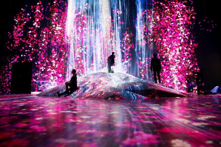 Universe of Water Particles on a Rock | teamLabExhibition view of MORI Building DIGITAL ART MUSEUM: teamLab Borderless,2018, Odaiba, Tokyo © teamLab