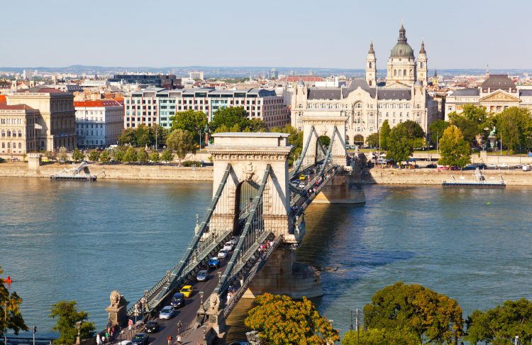 Traffic on Szechenyi Chain Bridge