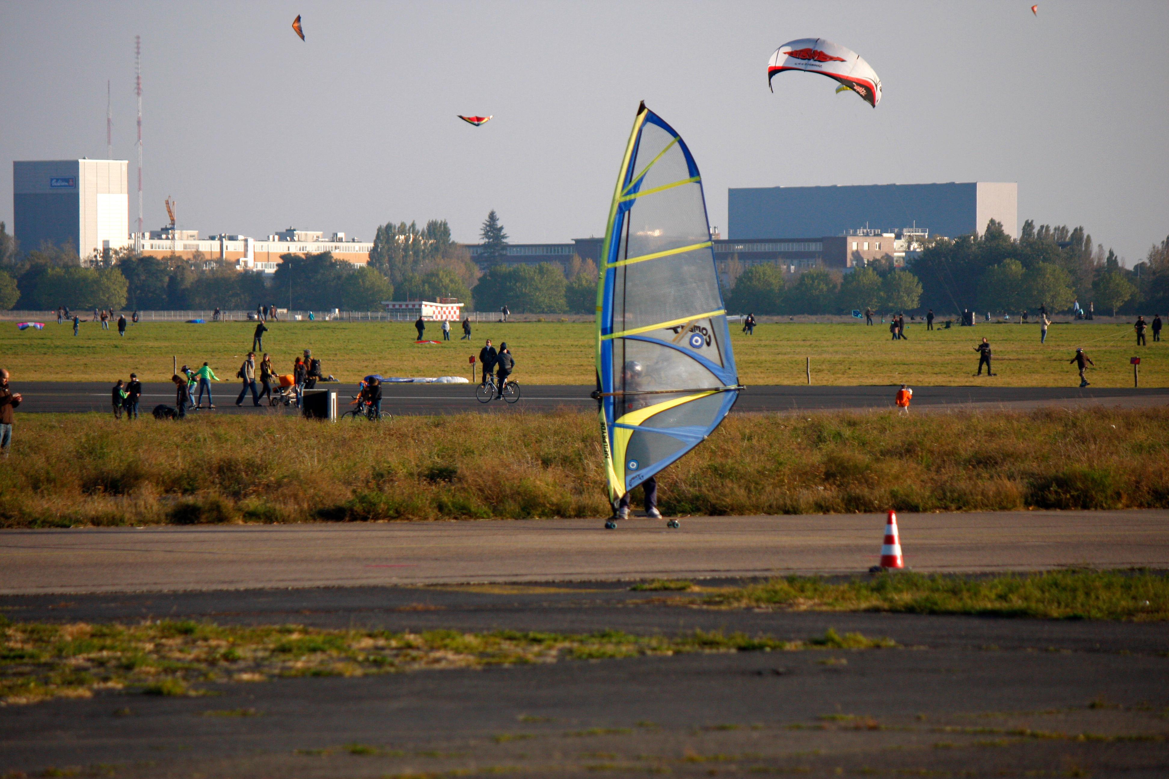 Tempelhofer Feld: auf dem ehemaligen Flughafengelaende Tempelhof, Berlin-Tempelhof.