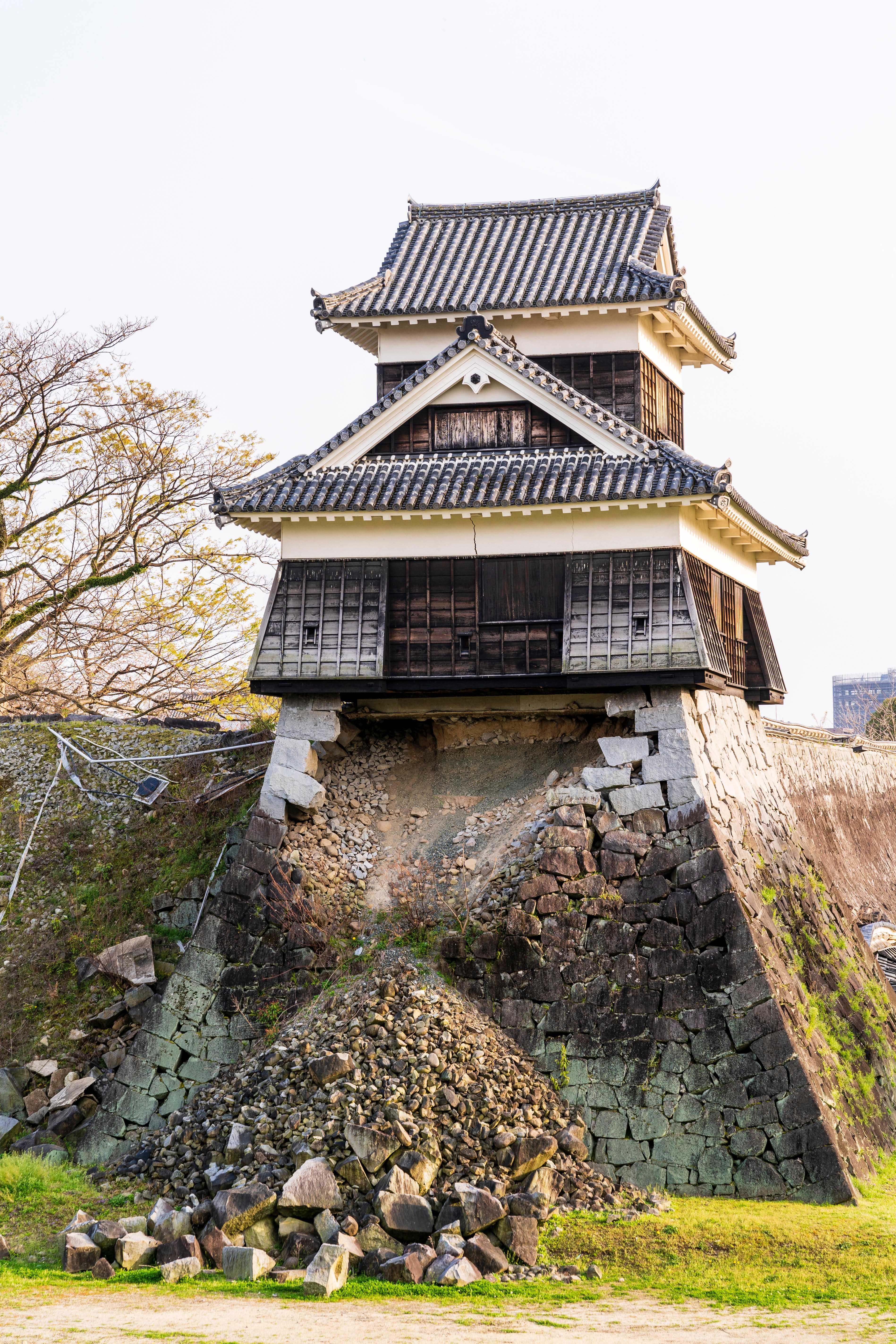 Kumamoto castle showing the 2016 earthquake damage. The Inui Yagura, turret, with the Ishigaki stone walls around and under largely collapsed.